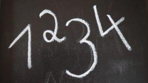 Zahlen 1,2,3 und 4 auf Tafel geschrieben