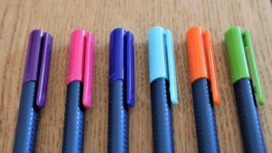 6 Buntstifte liegen nebeneinander