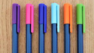 6 Buntstifte liegen auf Holzplatte