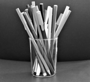 viele Stifte in Glas schwarz-weiß