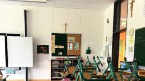 Klassenzimmer in Bayern mit Kreuzen an der Wand