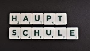 Bild mit Scrabble Steinen Hauptschule