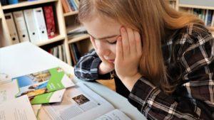 Mädchen mit Prüfungsstress