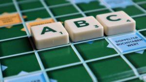 Bild mit Scrabble Steinen ABC